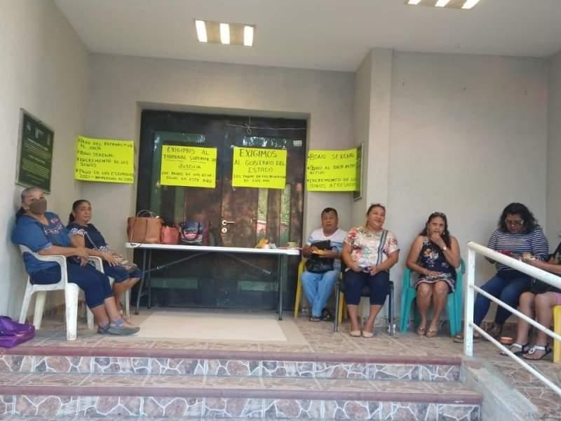 Paro laboral de empleados estatales en Tecpan en demanda de pagos
