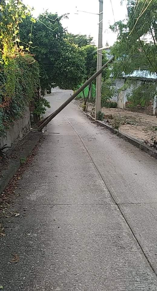 A punto de caer, poste de Telmex en Atoyac
