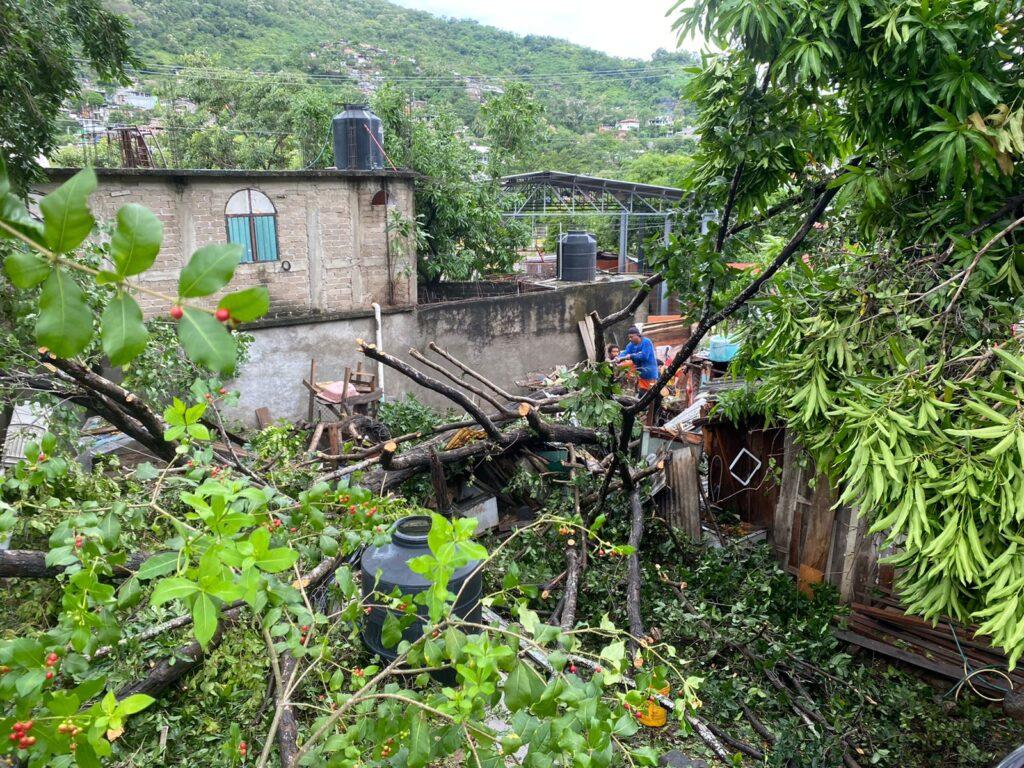 """Huracán """"Rick"""" deja daños, paraliza el comercio y el turismo en Zihuatanejo"""