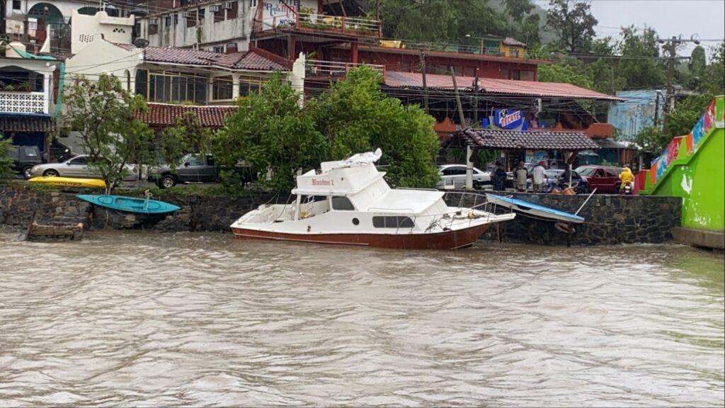 """""""Rick"""" inunda embarcaciones en playa Principal"""